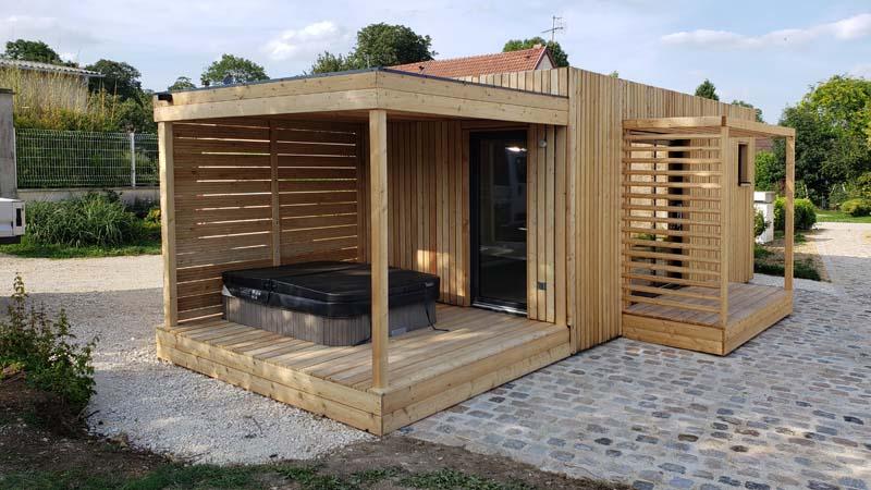 Terrasse avec jacuzzi d'un studio de jardin à louer