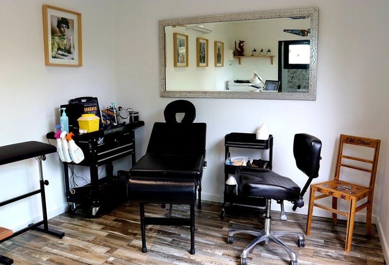 Salon de tatouage dans un studio de jardin